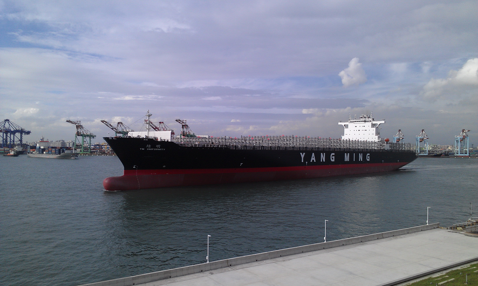 Come to Hongmaogang if you want to see a 100,000-ton freight ship that has the same tonnage as a super aircraft carrier